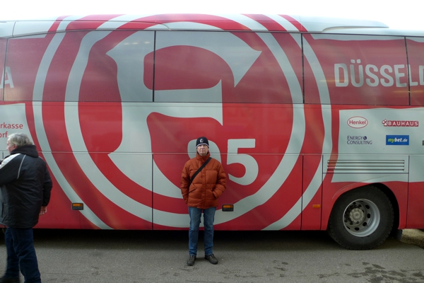 e vor dem Bus der Foruna