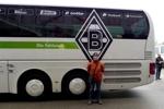 e vor dem Gladbacher Bus