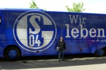e vor dem Schalker Bus